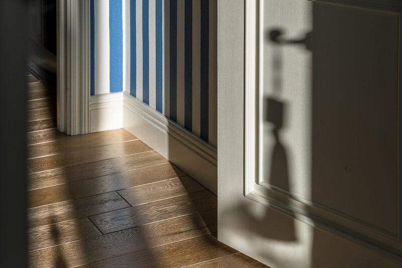 Дизайн квартиры актуален на сегодняшний день. Это касается отделки  помещений  полы выложены массивной доской be0cab834d0a6