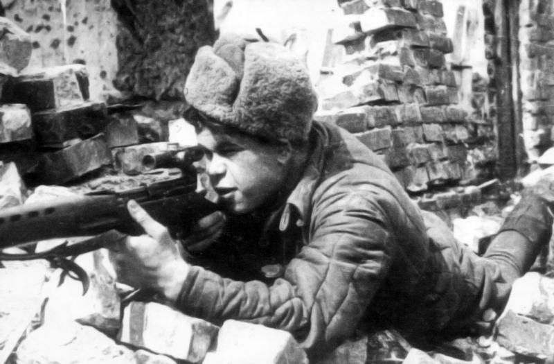 Cнайпер 64 й армии Н.Я. Ильин на огневом рубеже в Сталинграде.jpg
