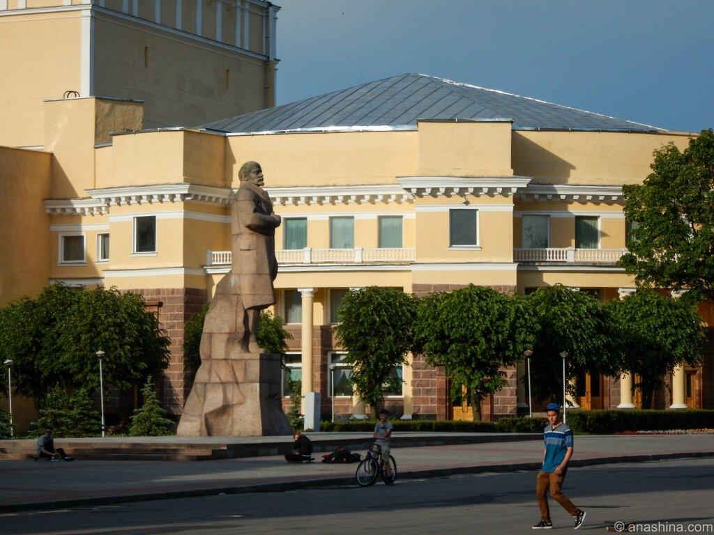 Памятник Ленину и здание Смоленского драматического театра, Смоленск