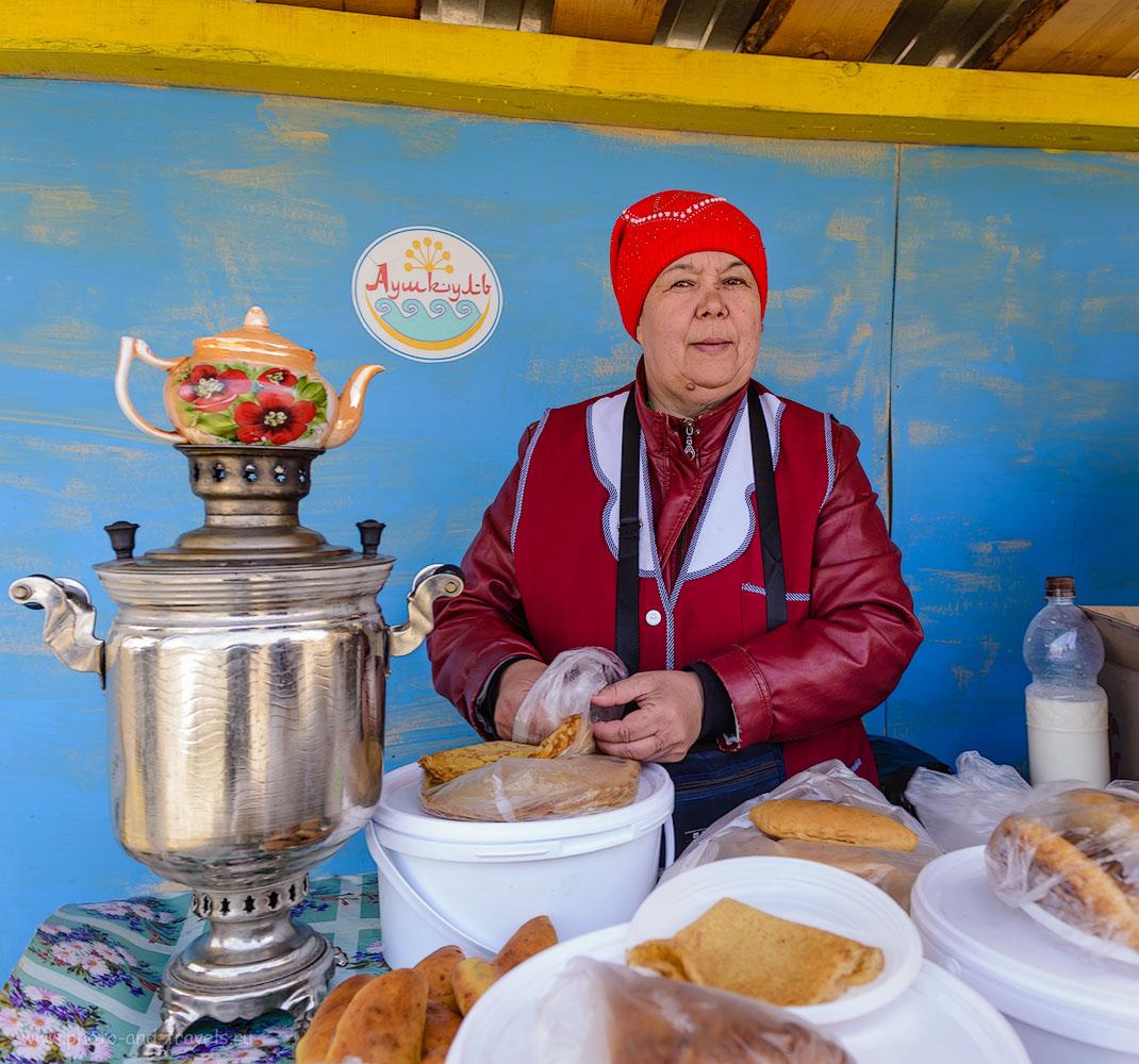 Фотография 13. Жительница села Старобайрамгулово в Башкирии. Рассказала, что здесь проводят специальные конкурсы, кто испечет самый тонкий блин. Можно у нее купить блинчики с медом и вареньем и всяких других вкусняшек. 1/60, 1.0, 5.6, 160, 24.
