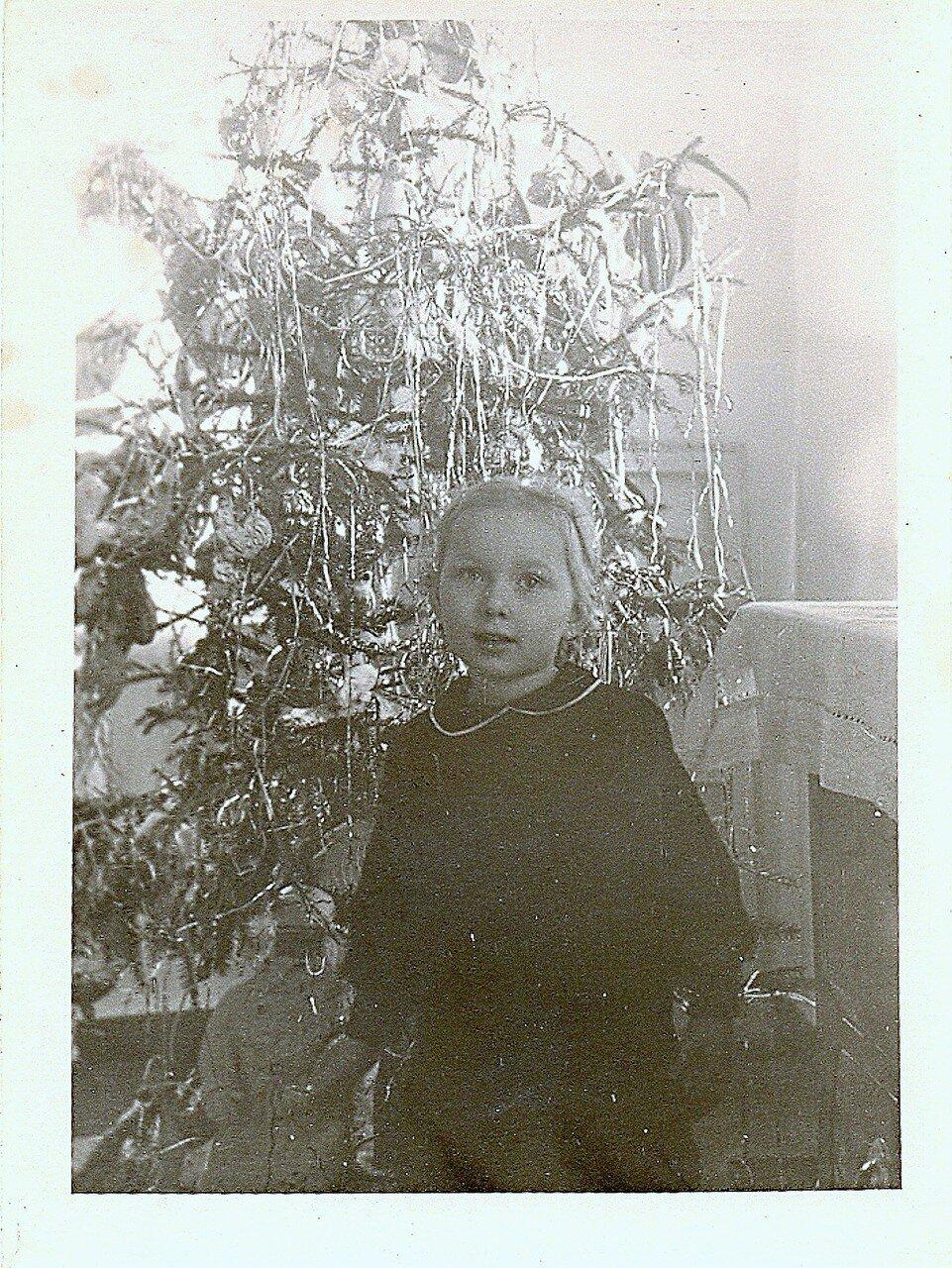 Галя из Амвросиевки у ёлки новогодней... Начало 60-х... .jpg