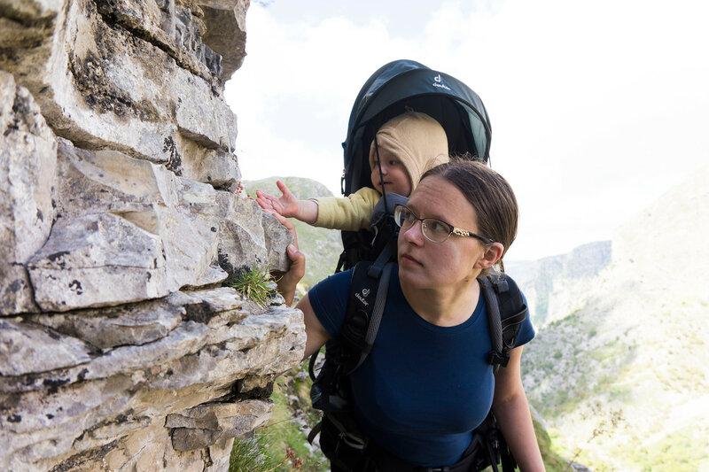 мама и годовалый ребенок в горном походе в рюкзаке Deuter