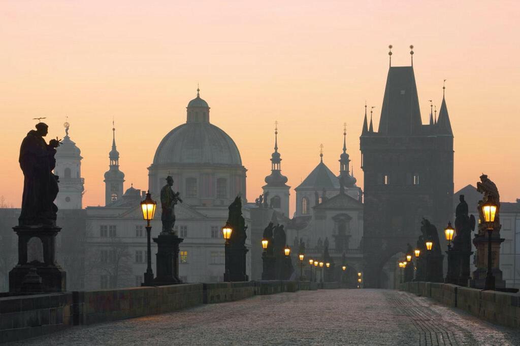 Карлов_мост_на_рассвете,_Прага.jpg