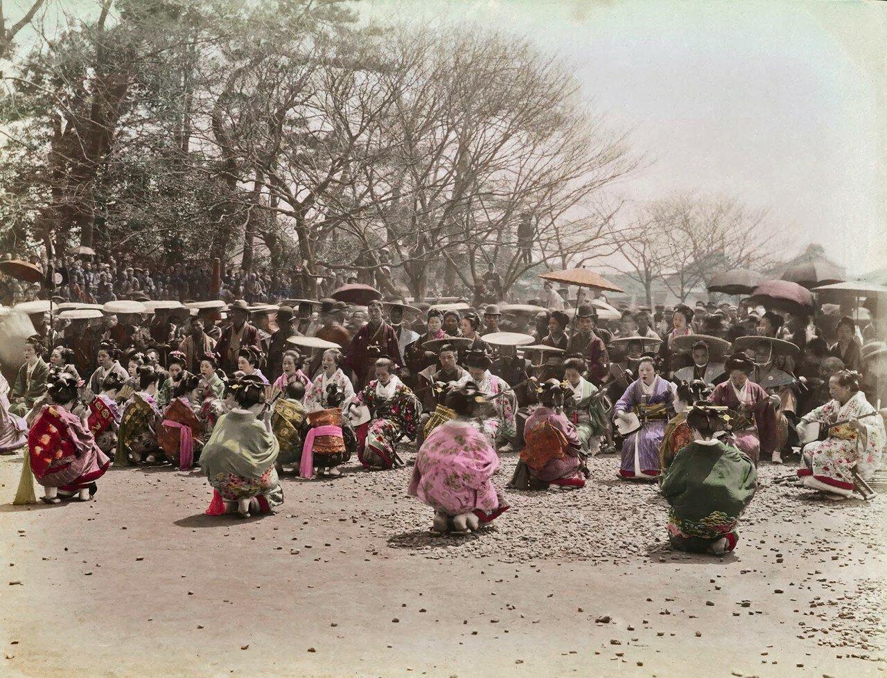 Большая группа женщин в кимоно, возможно танцующие гейши. 1890