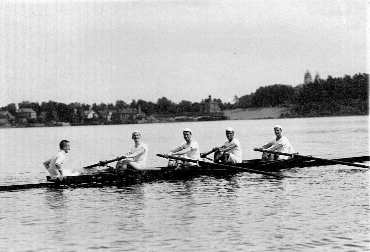 23. Члены гребного кружка в лодке