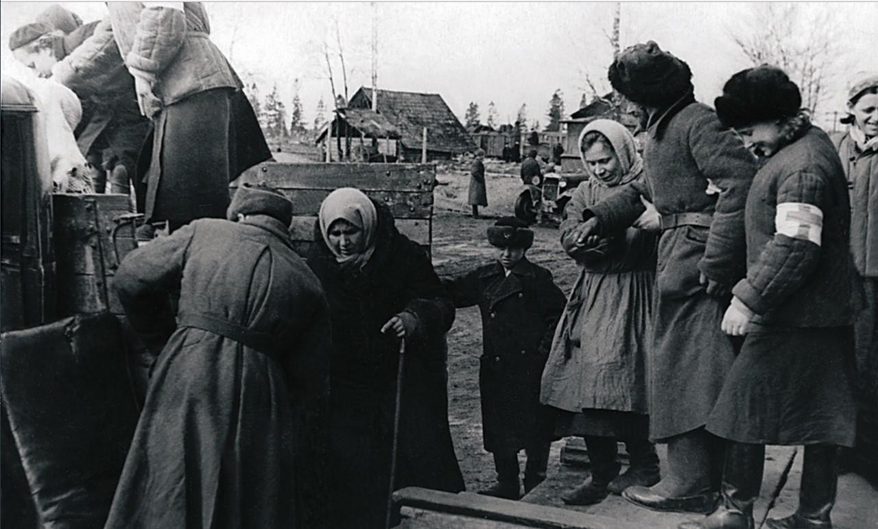 Эвакуация населения города в Ленинградскую область. На автомашинах эвакуированных доставляют до железнодорожной станции. 3 января
