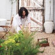 Женщина в огороде