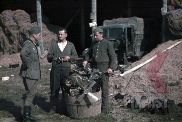 stock-photo-army-mechanics-beside-repair-truck-in-khislavichi-area-smolensk-russia-1942--10th-motorised-infantry-division-11749.jpg