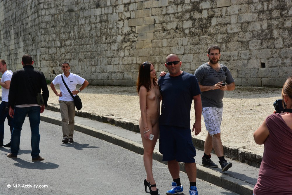 Голая Lucie на улицах Будапешта