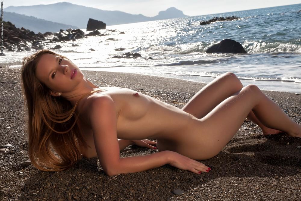 Аманда разделась на пляже