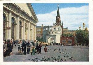 Москва. На Манежной площади. Цветное фото И. Голанд. Издание Министерства связи СССР, 1957.jpg
