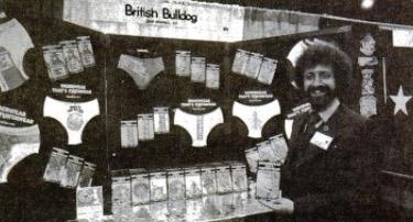 На этой копии газетной вырезки Гэри Уолтерс позирует на фоне своих новейших творений на выставке спо