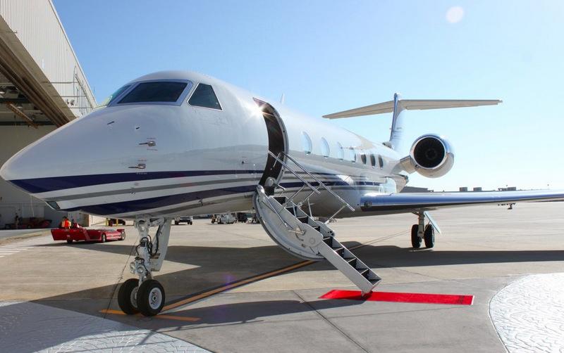 Джонни отказывается летать на чем-либо, кроме частных самолетов, предпочитая Gulfstream GV, который