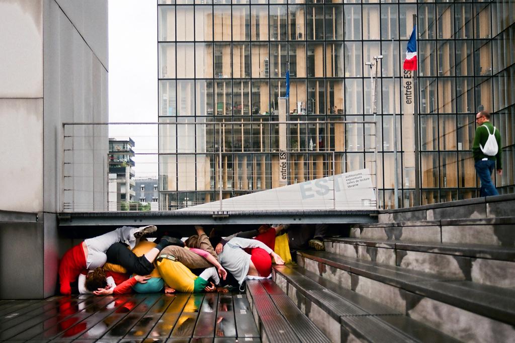 """Его проект называется Bodies in urban spaces (""""Тело в городских пространствах""""), а его воплощение в"""