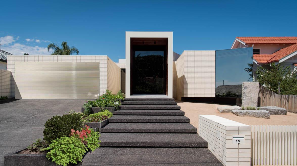 Частный дом олицованный белой плиткой в Австралии (10 фото)