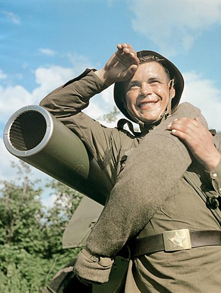 Гвардии младший сержант В. Агапов — командир одного из лучших расчетов Н-ской гвардейской части. Фот