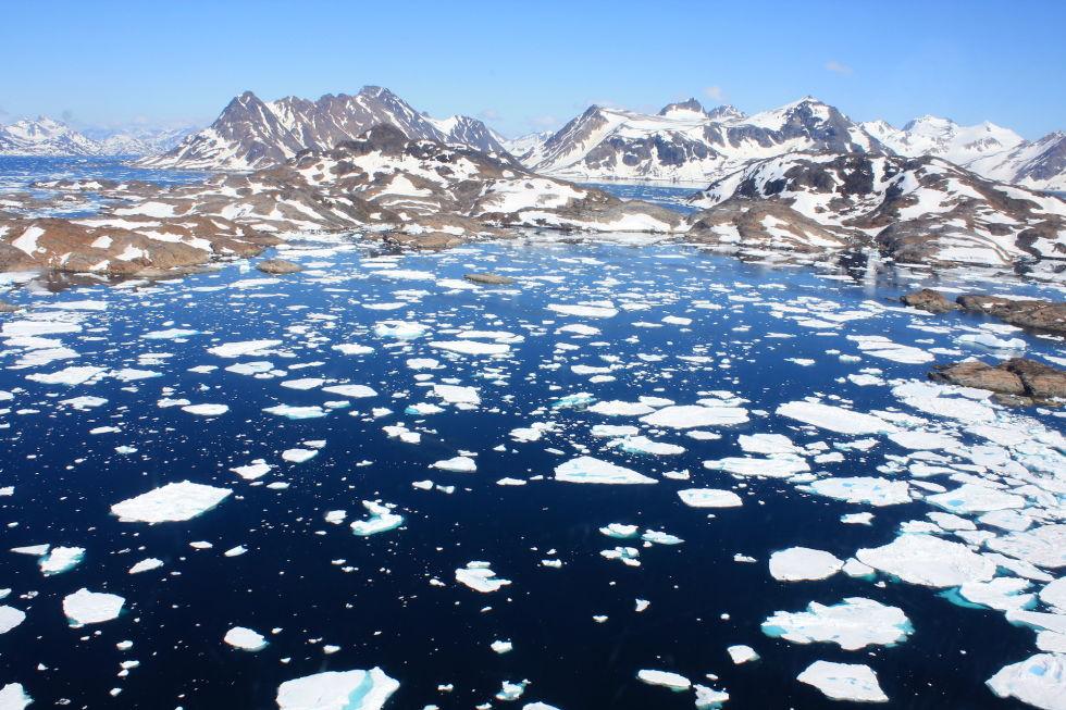 Гренландия В Гренландии живут люди. На самых окраинах. Большую часть этого огромного острова занимае