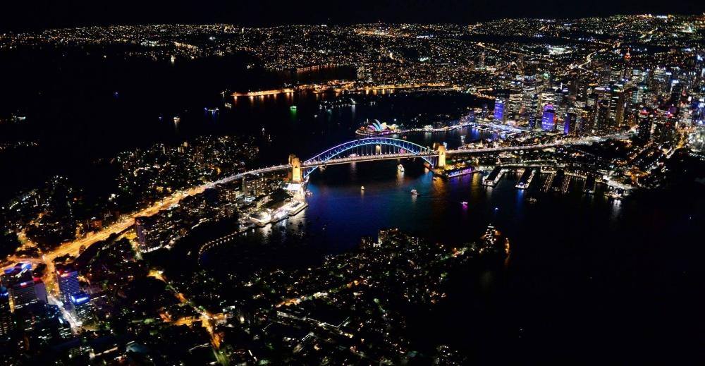 Самый большой мост Сиднея, один изнаиболее крупных стальных арочных мостов вмире. Водной избашен