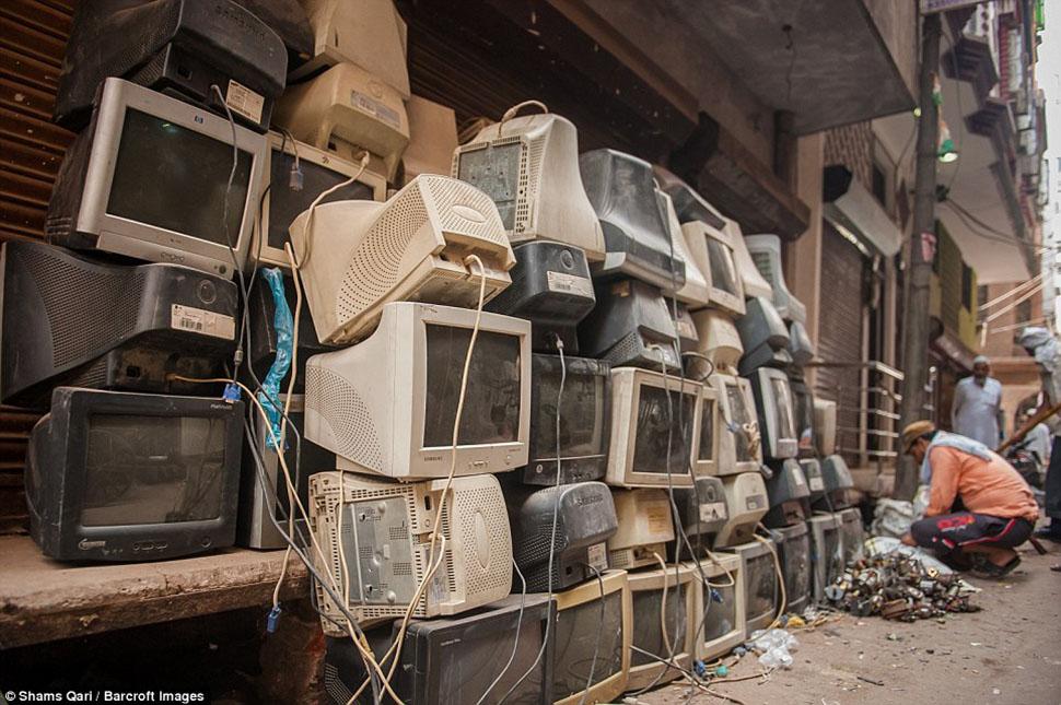 Отжившие свое мониторы выставлены у обочины рядом со свалкой электронного мусора в ожидании разбора