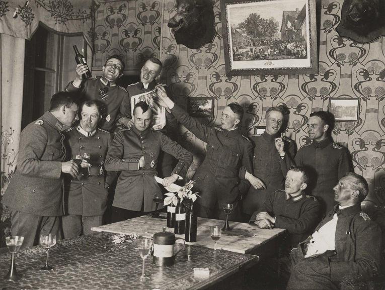 2. Вечеринка немецких офицеров 280-го летного подразделения в доме рядом с Западным фронтом, 1918 го