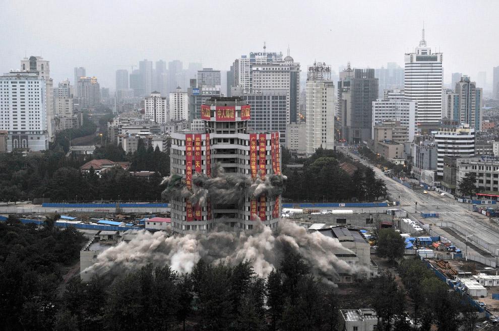 20. Сложилась после направленного взрыва охлаждающая башня электростанции в провинции Гуйчжоу,