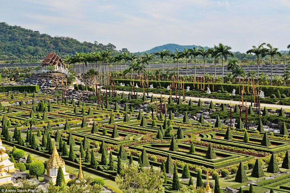 Французский сад, созданный по образу и подобию садов Версаля, считается одним из самых красивых в тр