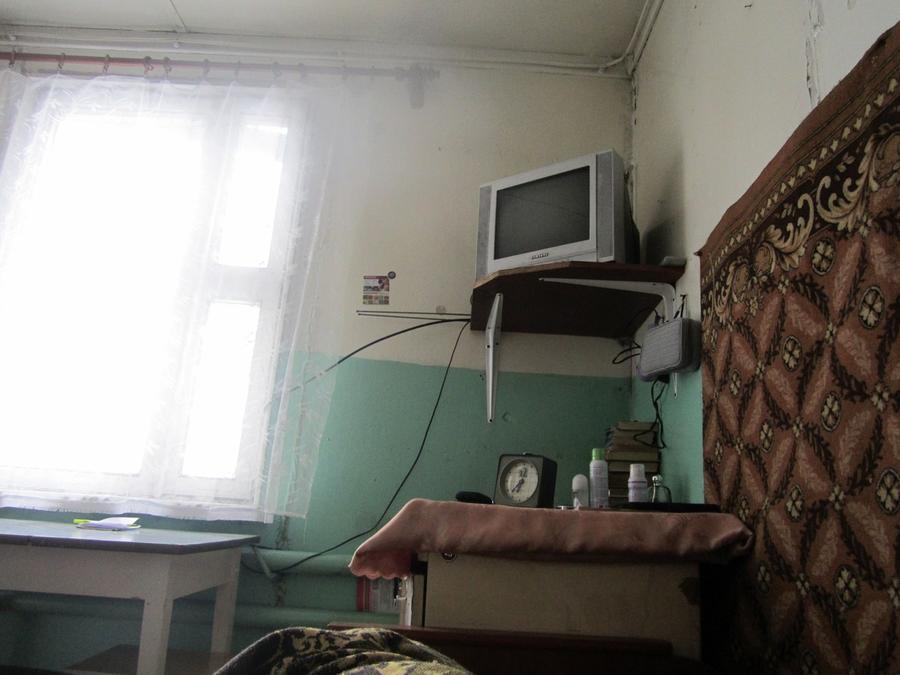 1. Вот уже целую неделю, просыпаясь, я вижу этот «пейзаж»: служебное помещение при медпункте плюс жи