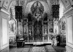 Иконостас и царские врата в соборе Рождества Пресвятой Богородицы и Сретения Господня Коневского Рождественского монастыря.