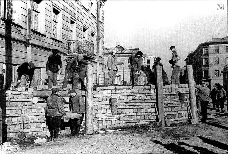 Рабочие Кировского завода строят баррикады для уличных боев