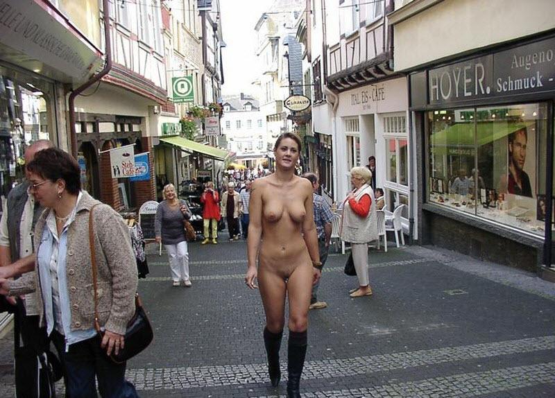 Голые на улице