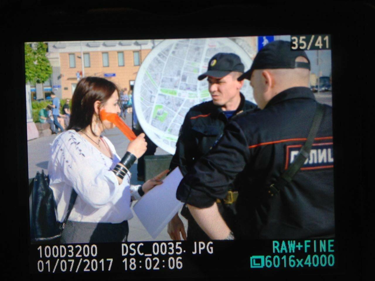 В Москве полиция задержала активистов с чистыми листами бумаги