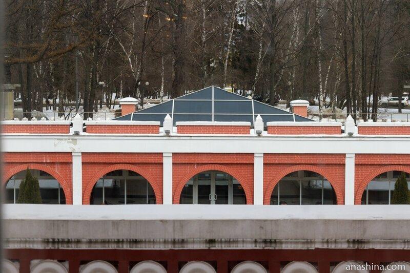 Вид на гостиничный корпус со стороны Петровского парка