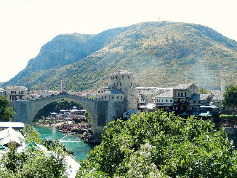 Мостар и гора Хум (с 33-метровым крестом на вершине)