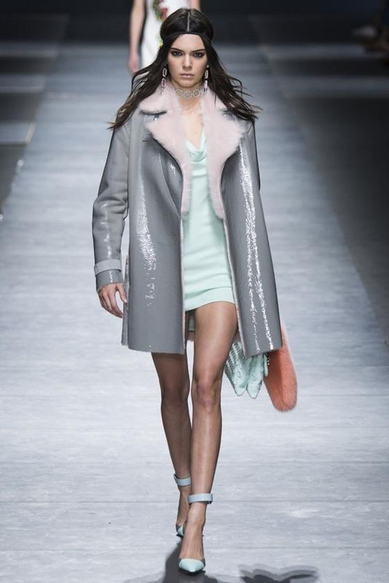 Versace серое кожаное пальто с мехом