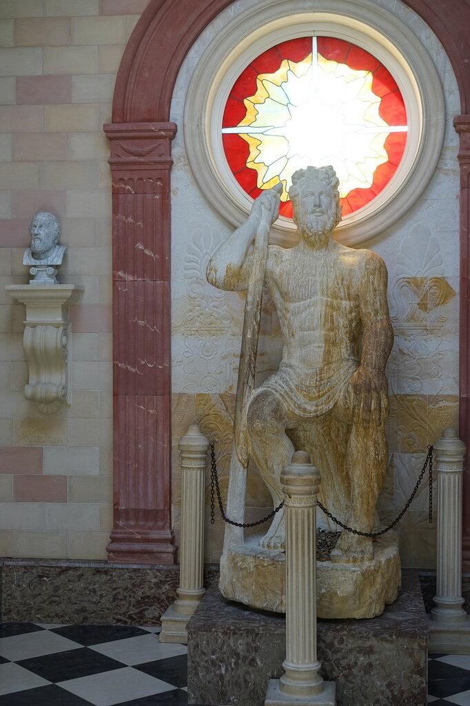 "Культурный центр ""Старый парк"". Статуя Зевса в античном храме."
