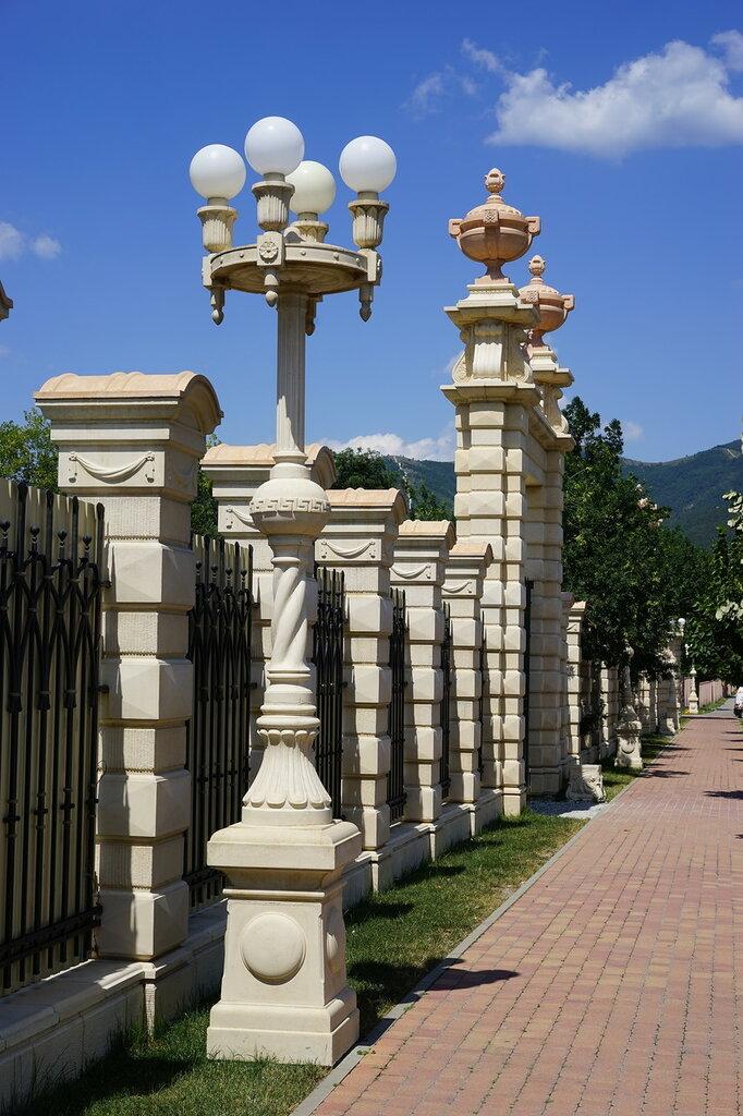 """Культурный центр """"Старый парк"""". Забор и фонарь."""