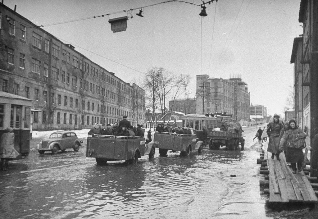 6058 Улица Стромынка. Вид со стороны Матросского моста 1947 Thomas D, Mcavoy.jpg