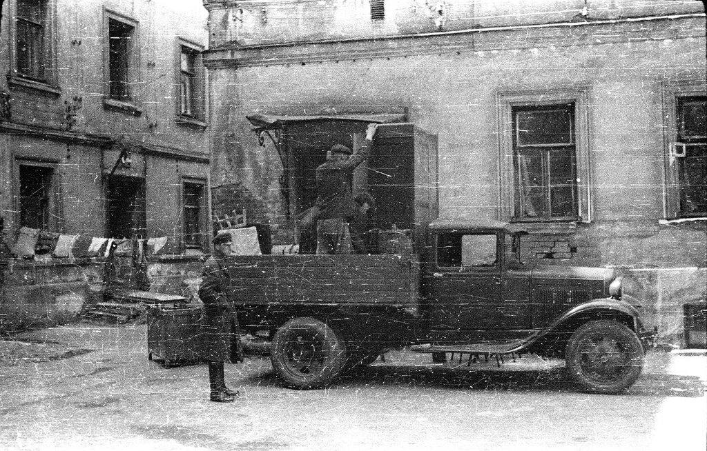 560830 ул. Волхонка, дом 5-6 , внутренний дворик. 1940 год Николаев Василий Сергеевич.jpg