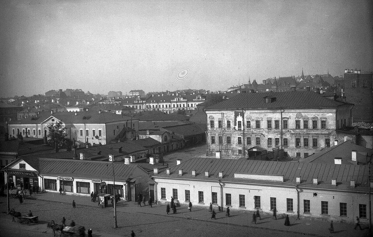 Вид Охотного Ряда с палатами Голицына (в глубине слева) и палатами Троекурова (справа). Конец 1920-х годов.jpg