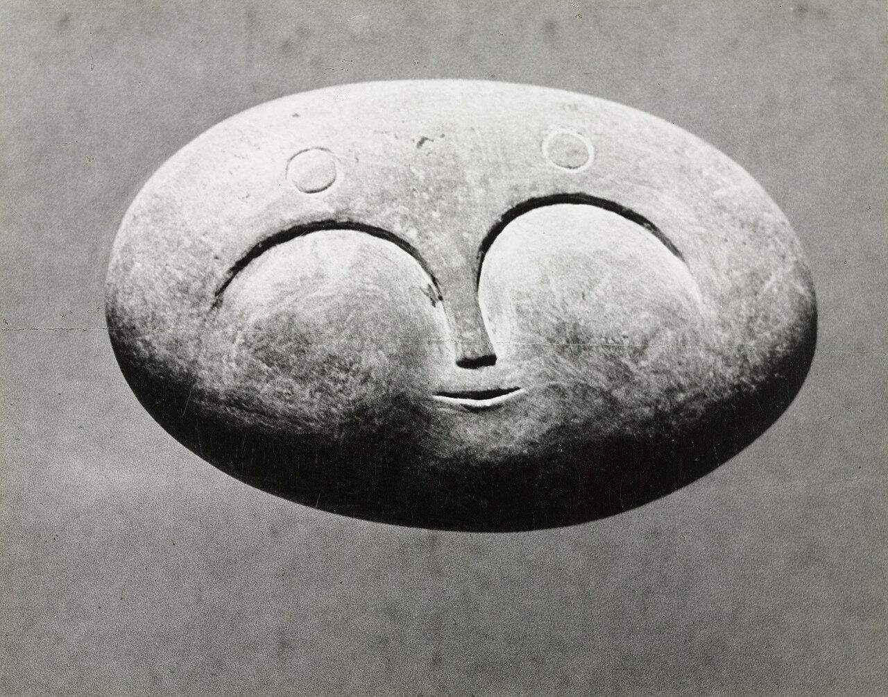 1945. Пикассо. Скульптура (галька, лицо)
