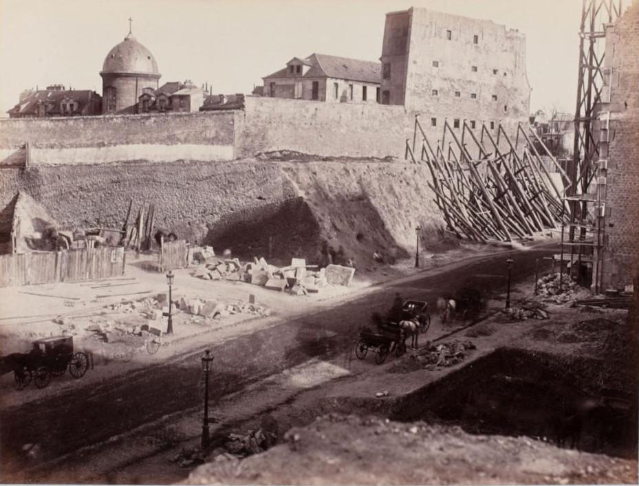 Вид окрестностей с территории раскопок. На переднем плане, рю Монж. За стеной часовня монастыря Сестер Иисуса Христа