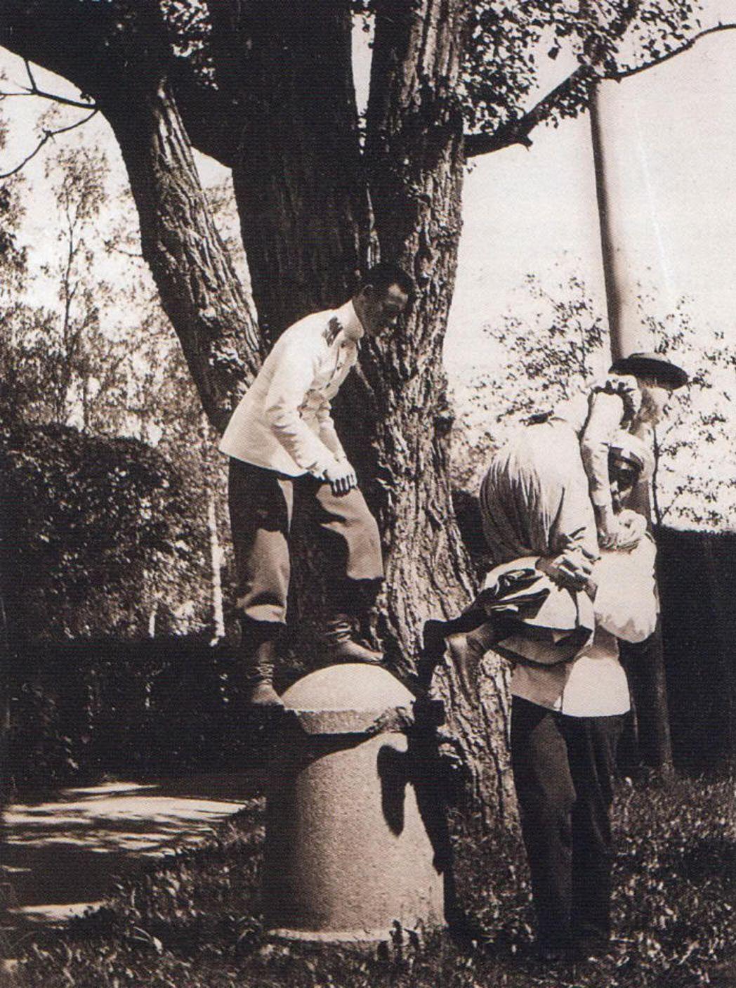 Великий князь Михаил Александрович и великая княжна Ольга Александровна в гатчинском парке, 1890-ые годы