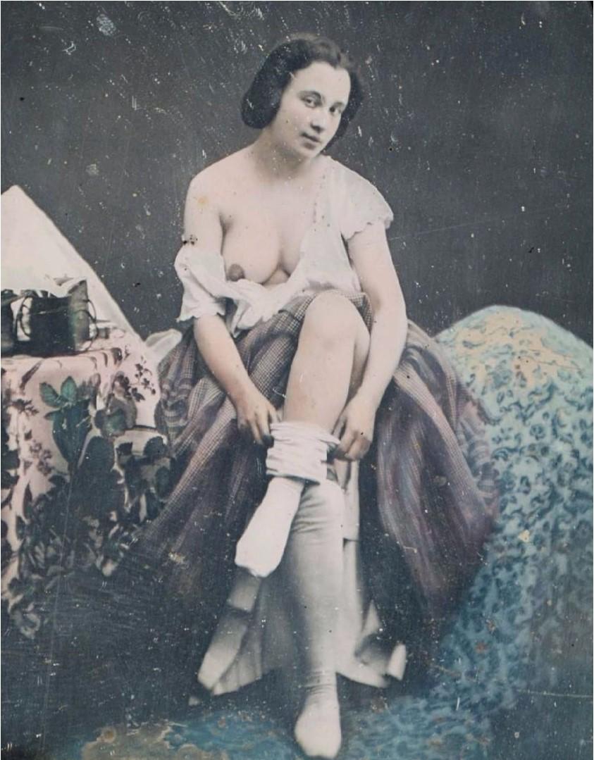 1855. Женщина снимает чулок