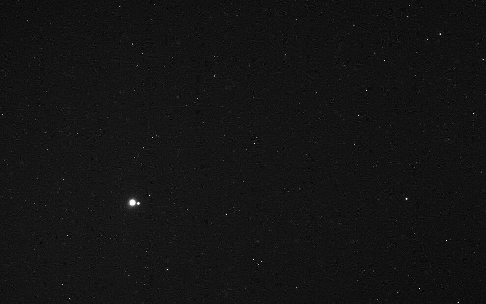 Земля и Луна издалека на расстоянии 183 миллиона километров