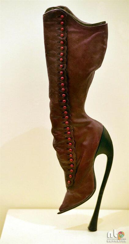 9358ccef71d5 Родной брат (только не отреставрированный, как у Назима Султановича)  красного сапожка из Musée international de la chaussure en France.