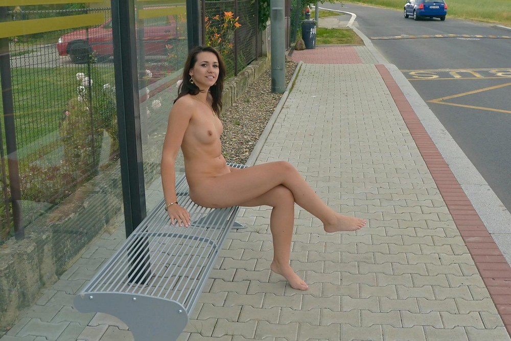 Голые девушки на остановке — pic 8