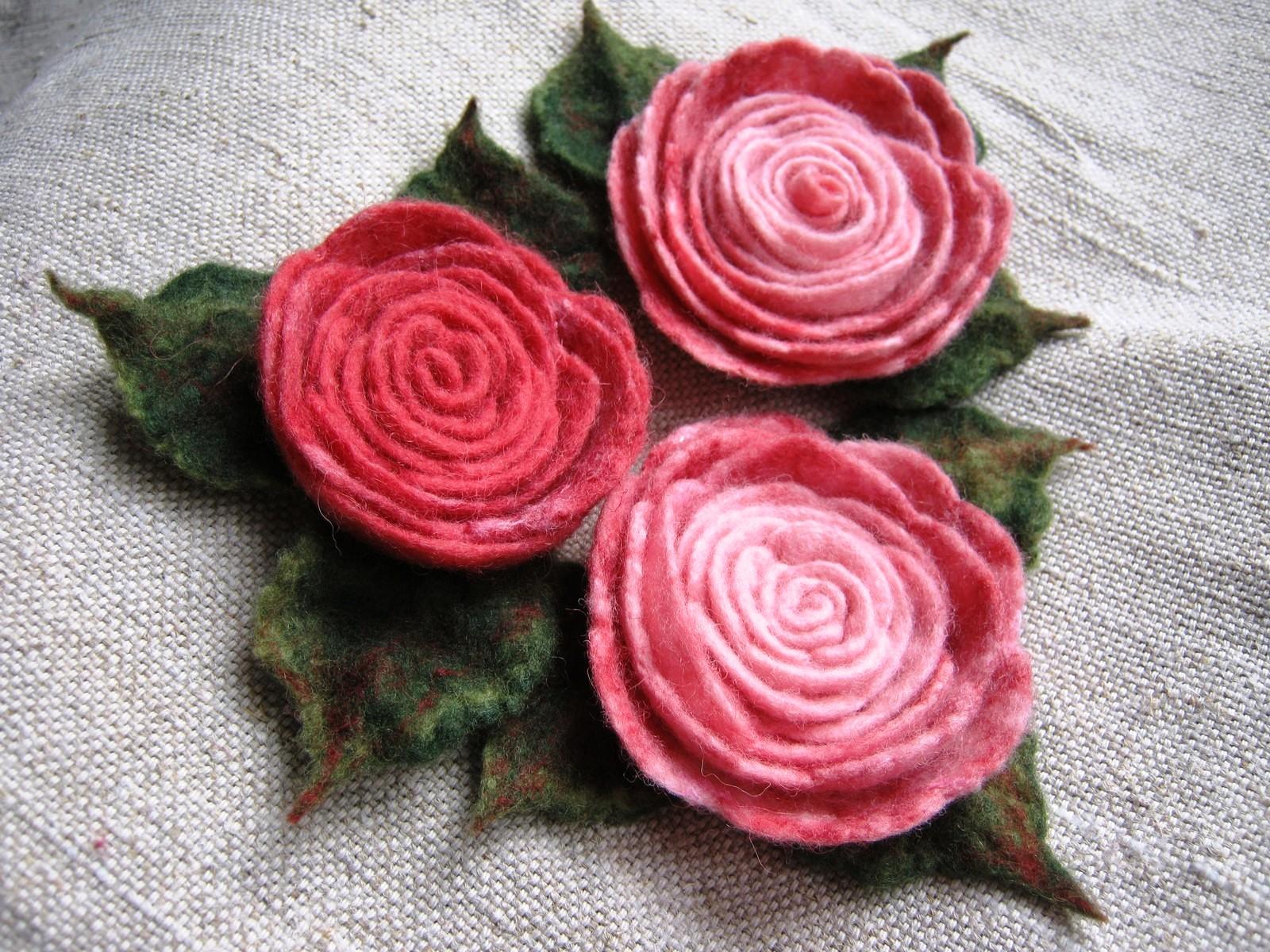 Розы-брошки