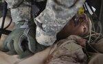 Американский военный медик пытается реанимировать смертельно раненного морского пехотинца,  22 августа, Marjah, Helmand province, Афганистан. Фото Bob Strong  A U.S. Army medevac crew member attempts to revive a Marine mortally wounded in an IED blast n