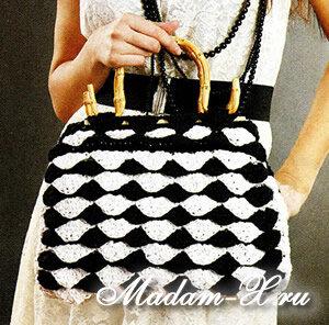 Вязаная сумочка с чешуйками черно-белая.