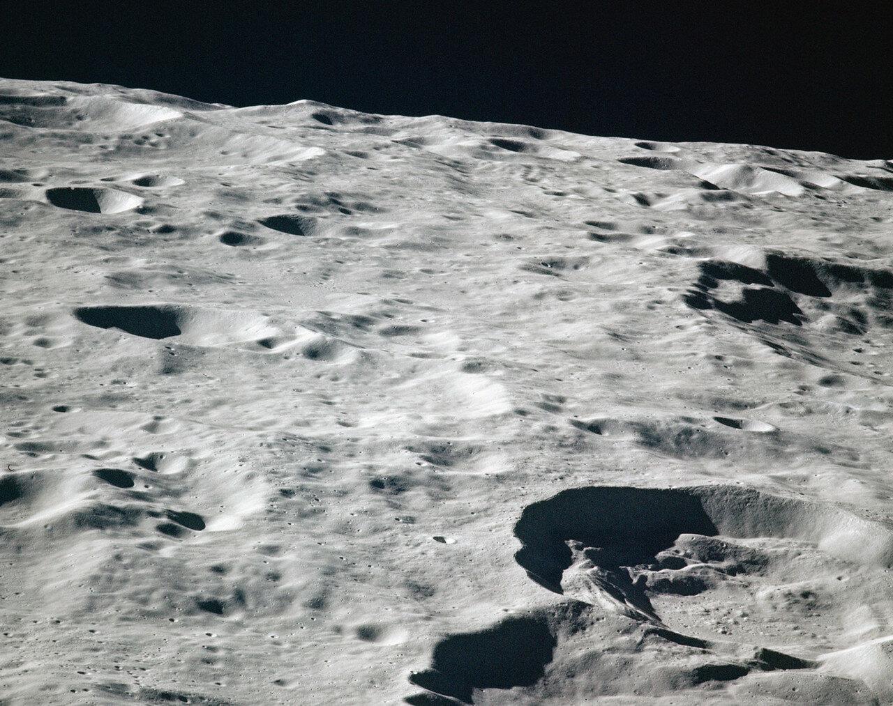 В начале четвёртого дня полёта экипаж начал подготовку к включению основного двигателя. Скорость корабля уменьшилась на 854,6 м/с, он вышел на эллиптическую окололунную орбиту.  На снимке: Лунные кратеры Ван Гент и Нагока